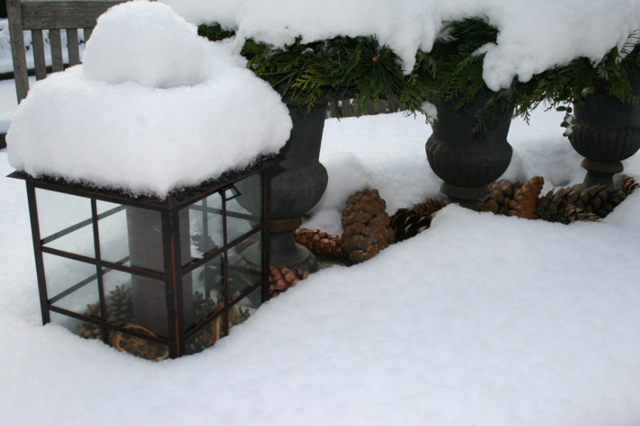 Der erste Schnee, Schneeflocken, verschneiter Tisch, Laterne